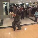 最強ポッパーがデパートに突如出現!驚く買い物客も次第に笑顔になる動画